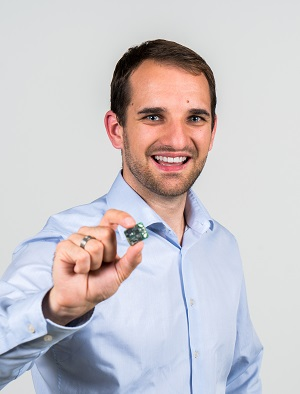 Simon Scheurer holding a sensor for the system AIDE-MOI