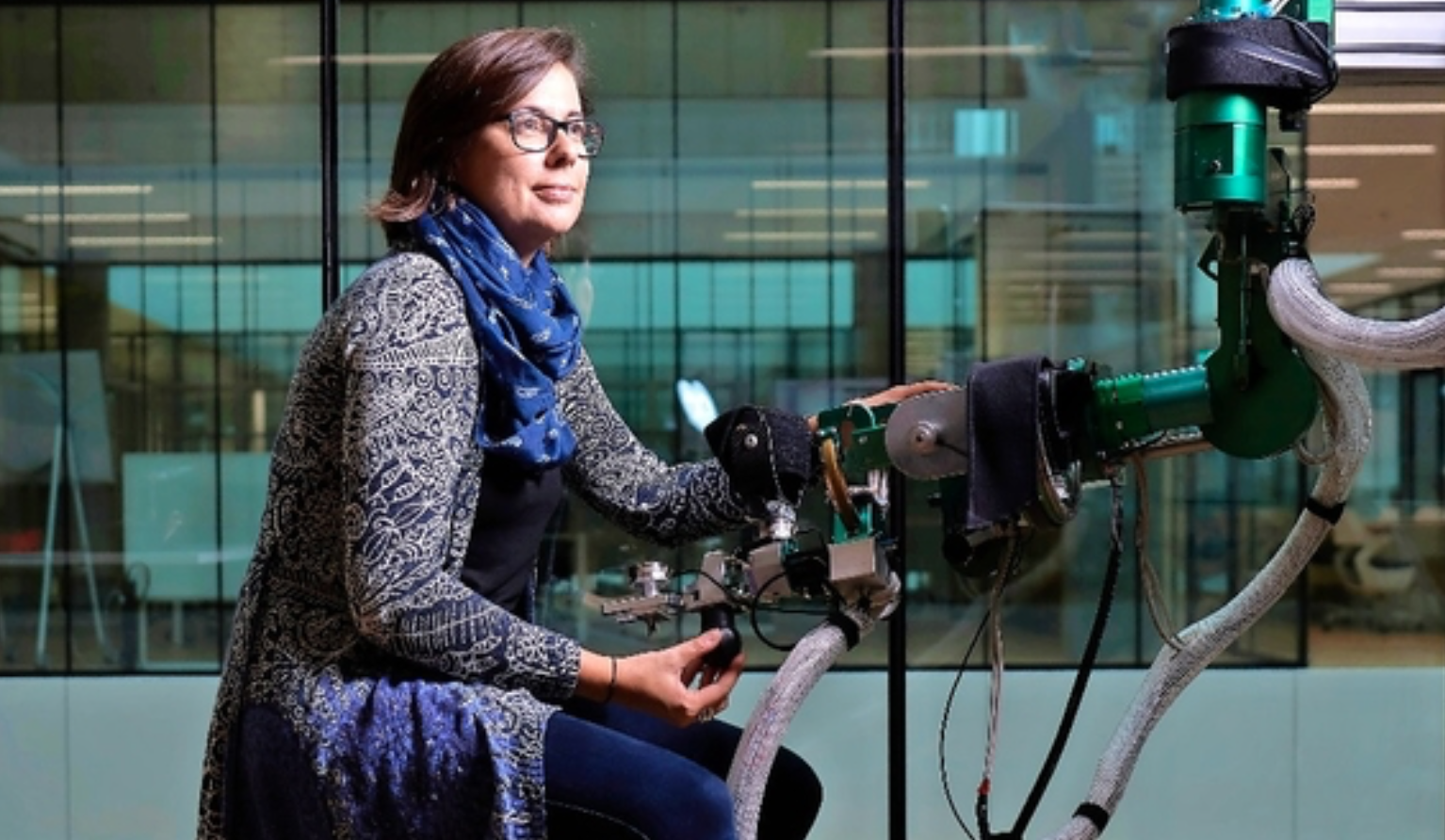 Laura Marchal-Crespo with the rehabilitation robot ARMin (photo: Adrian Moser)